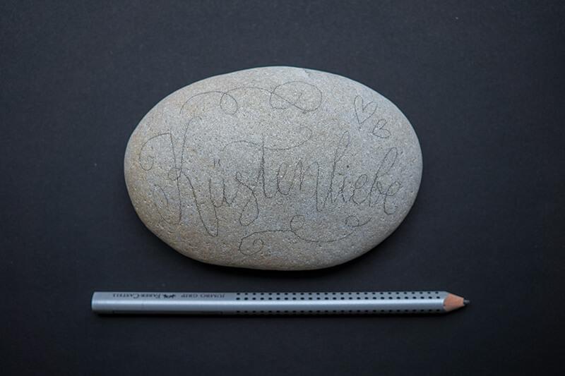 Stein mit Bleistiftskizze