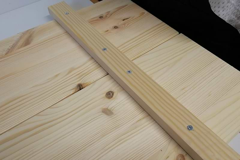 Holzschild Strebe mit Schrauben