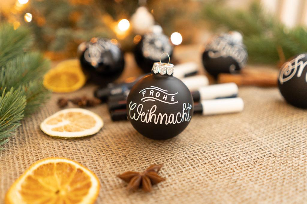 Weihnachtskugeln beschriften mit Handletterings und Dekoration