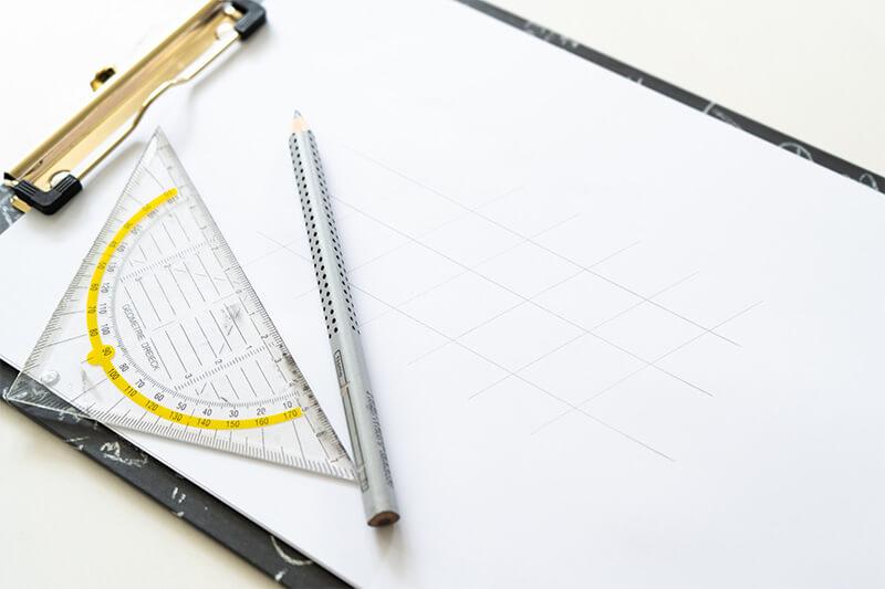 Schritt 1 - Hilfslinien mit Bleistift und Geodreieck