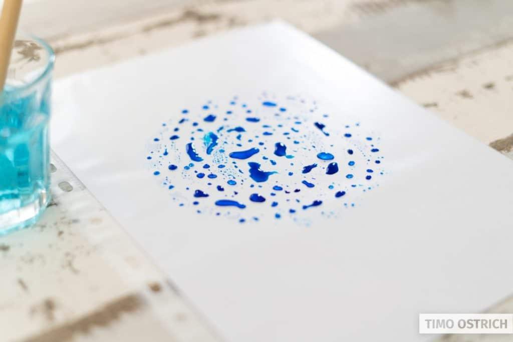 Farbe mit Wasser angereichert