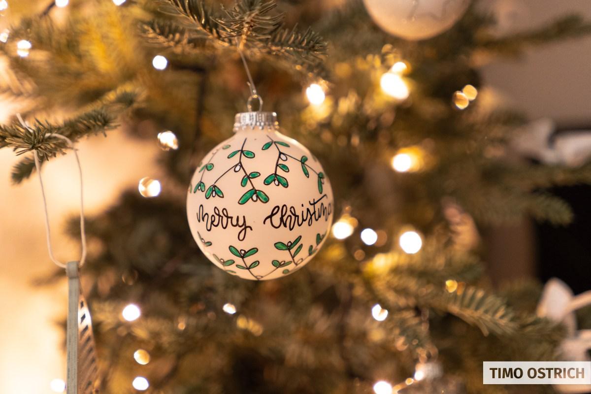 Merry Christmas und Dekoration auf einer Weihnachtskugel